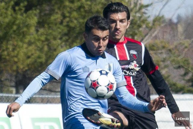 Mauro Eustaquio (20) du Fury subtilise le ballon... (Martin Roy, LeDroit)