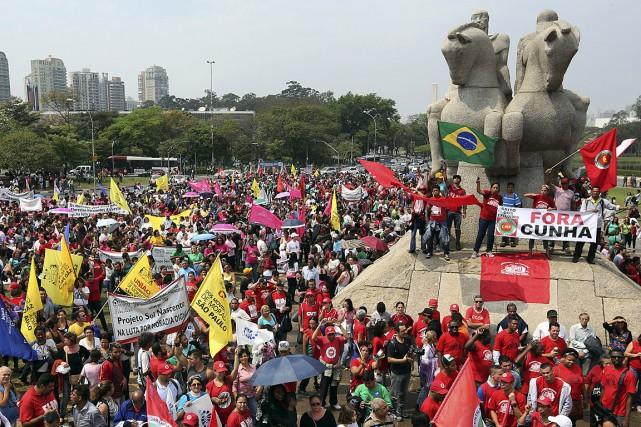 Le Brésil est secoué depuis fin 2014 par... (Photo Reuters)