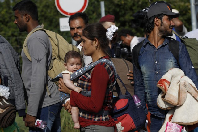 Des migrants passent de Croatie à Beremend, en... (Photo Petr David Josek, AP)