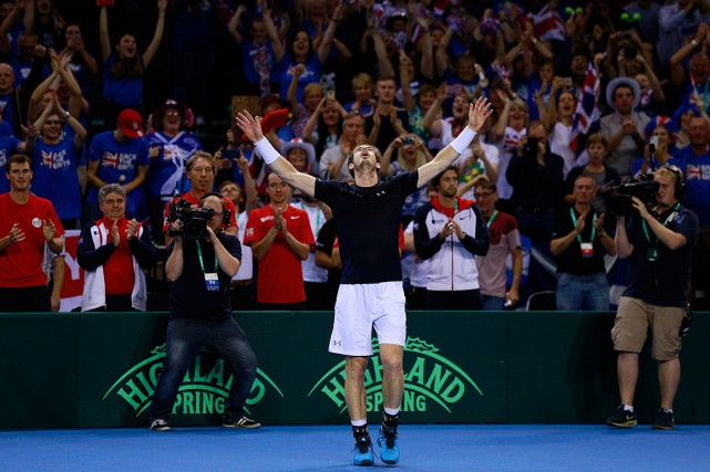 Andy Murray célèbre sa victoire.... (Photo Jason Cairnduff, Reuters)