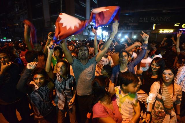 Des milliers de personnes à l'extérieur de l'assemblée... (Photo Prakash Mathema, AFP)