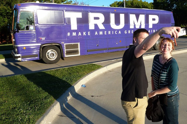 Deux Américains se photographient devant l'autobus de campagne... (PHOTO MICHAEL MATHES, AFP)