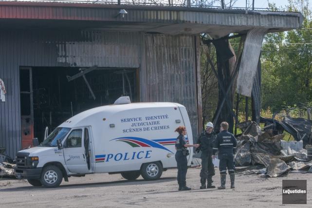 Les enquêteurs de la Sécurité publique de Saguenay... ((Photo Le Quotidien, Michel Tremblay))
