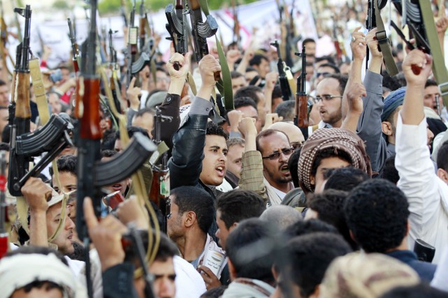 Des rebelles Houthis manifestent contre l'opération militaire menée... (PHOTO MOHAMMED HUWAIS, ARCHIVES AFP)