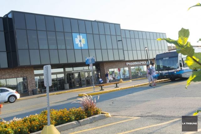 Le kiosque de Bell au Carrefour de l'Estrie a été la cible de voleurs dans la... (Archives La Tribune)