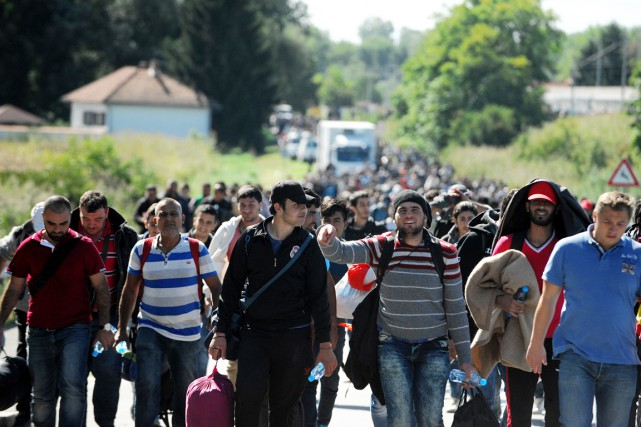 Des migrants et des réfugiés marchent en direction... (PHOTO AFP/STRINGER)