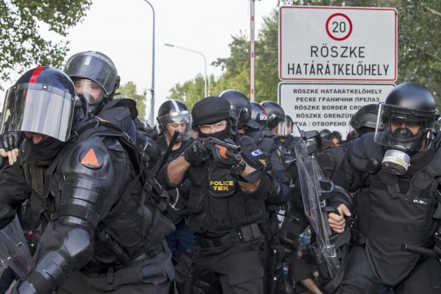 Des policiers anti-émeutes hongrois ont maille à partir... (PHOTO MARKO DJURICA, ARCHIVES REUTERS)