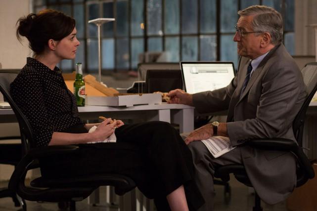 Anne Hathaway et Robert De Niro forment une... (PHOTO FOURNIE PAR WARNER BROS.)