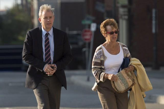 Dennis Oland, accompagné de sa mère Constance, à... (Photo Andrew Vaughan, La Presse canadienne)
