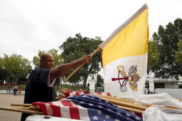 Des drapeaux du Vatican seront également installés devant... (PHOTO AP)