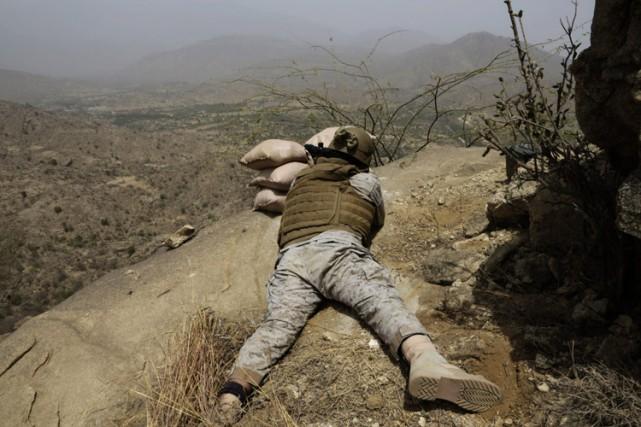 Un soldat saoudien pointe son fusil vers la... (ARCHIVES AP)