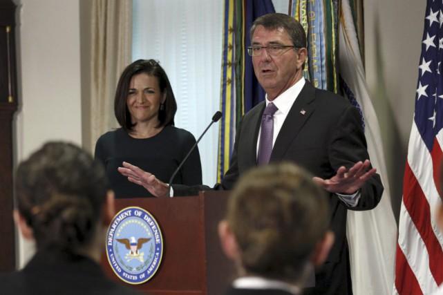 Le ministre américain de la Défense Ashton Carteren... (PHOTO KEVIN LAMARQUE, REUTERS)