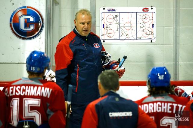 L'entraîneur-chef Michel Therrien a expliqué quelques jeux au... (Photo Robert Skinner, La Presse)