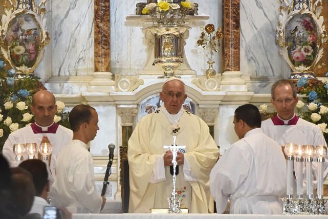 S'exprimant lors d'une messe dans la basilique de... (PHOTO FILIPPO MONTEFORTE, AFP)