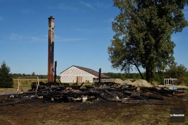 Une maison a été détruite par les flammes, vers 2 h, dans la nuit de dimanche à... (Photo: François Gervais, Le Nouvelliste)