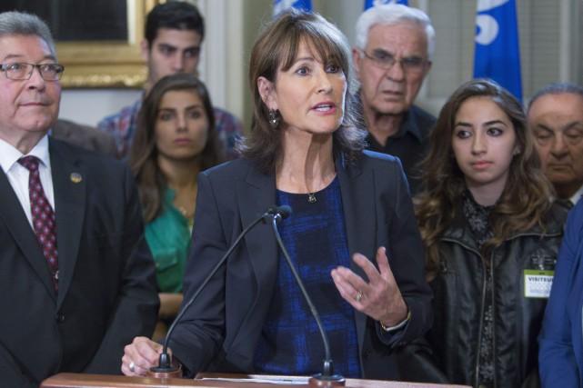 Entourée de plusieurs réfugiés d'origine syrienne, la ministre... (Francis Vachon, La Presse Canadienne)