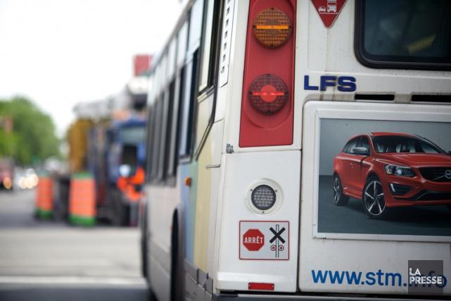 Une femme de 76 ans heurtée par un autobus de la Société de transport de... (ARCHIVES LA PRESSE)
