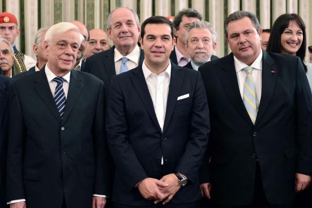 Le premier ministre Alexis Tsipras (au centre), entouré... (PHOTO LOUISA GOULIAMAKI, AFP)