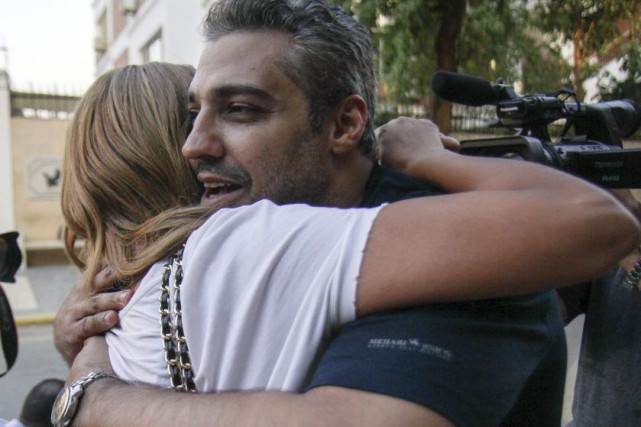 Le journaliste Mohamed Fahmy embrasse sa conjointe Marwa... (Agence France-Presse)