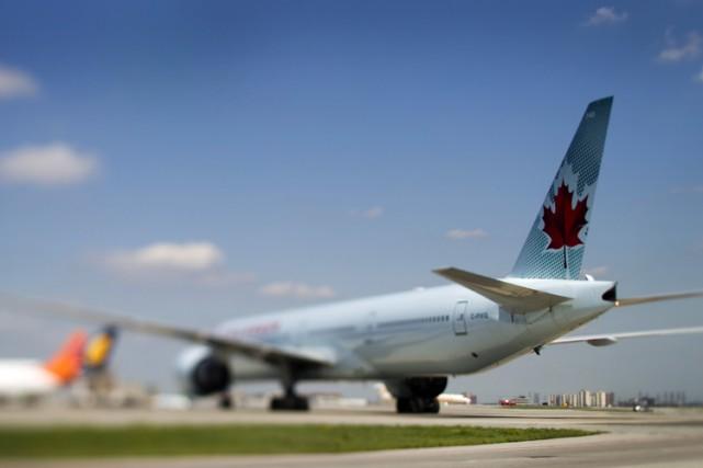 Un téléphone cellulaire non réclamé a fait détourner un avion qui devait... (ARCHIVES BLOOMBERG)