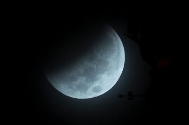 Cette éclipse totale a été observée depuis Miami... (PHOTO ARCHIVES AP)