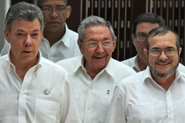 De gauche à droite: le président colombien Juan... (PHOTO Rodrigo ARANGUA, REUTERS)