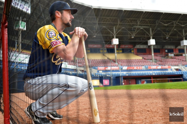 Les joueurs des Capitales frappent avec des bâtons... (Photothèque Le Soleil, Yan Doublet)