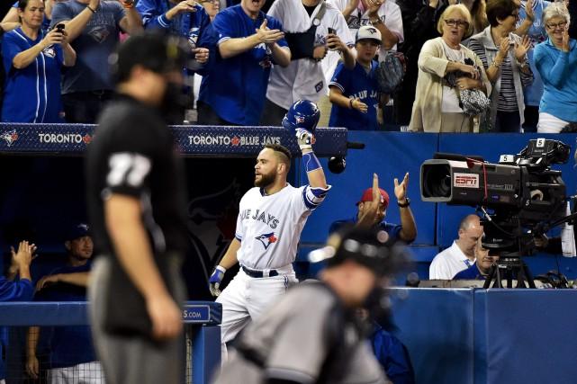 Russell Martin est applaudi par la foule après... (Photo Nathan Denette, La Presse Canadienne)