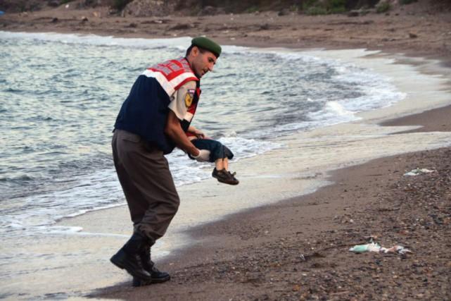 Le corps du petit Aylan Kurdi a été... (Archives AP)