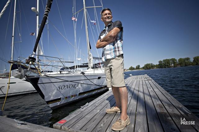 Alain Lachapelle devant son voilier, quelques semaines avant... (PHOTO PATRICK SANFAÇON, LA PRESSE)