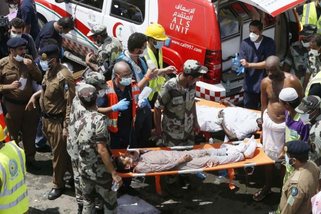 Au moins 220 ambulances et quelque 4000 secouristes... (AP)