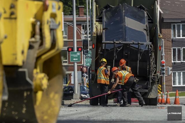 La Ville de Sherbrooke et le syndicat des cols bleus reprennent les... (Archives La Tribune, Frédéric Côté)