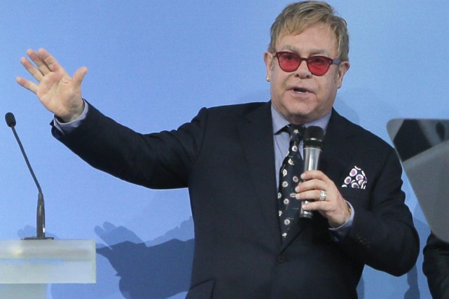 Elton John... (PHOTO ARCHIVES AP)