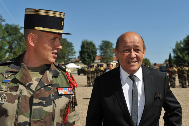 Le ministre français de la Défense Jean-Yves Le... (PHOTO REUTERS)