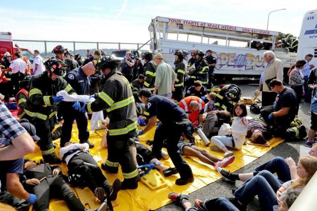 Une collision survenue jeudi entre un autocar et un véhicule d'excursion... (PHOTO AP)