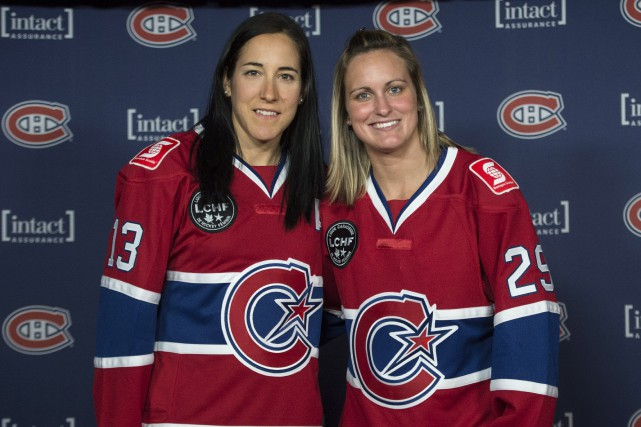Caroline Ouellette et Marie-Philip Poulin montrent le nouveau... (Photo Paul Chiasson, archives La Presse Canadienne)