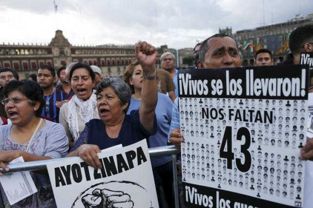 Des manifestants affichaient leur soutien pour des parents... (PHOTO REUTERS)