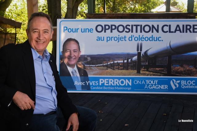 Yves Perron pose avec fierté devant le panneau... (Photo: François Gervais Le Nouvelliste)