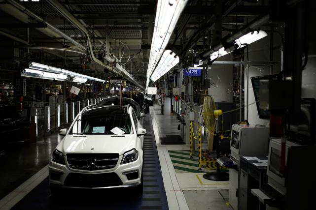 La chaîne de montage d'une usine de Daimler... (Photo archives Bloomberg)