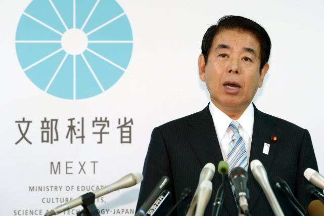 Le ministre japonais des Sports, Hakubun Shimomura, est... (Photo Reuters)