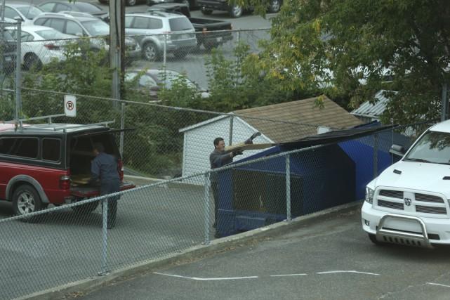 Deux employés du CIUSSS-Estrie ont jeté hier après-midi... (photo Catherine Trudeau)