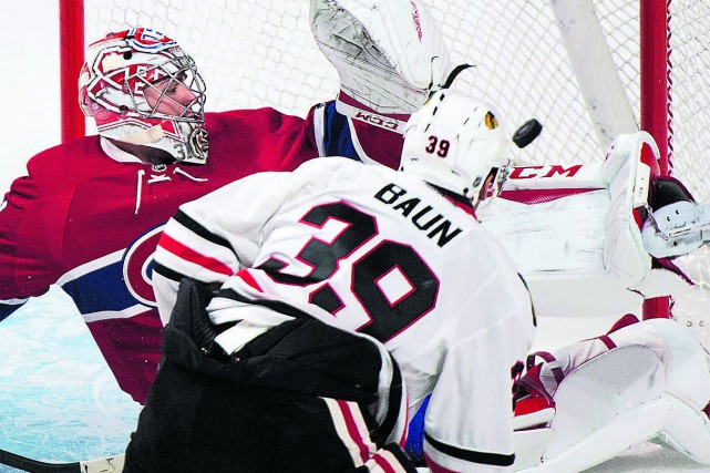Kyle Baun, des Blackhawks, marque contre Carey Price... (La Presse Canadienne, Graham Hughes)