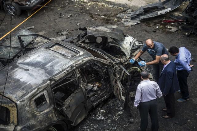 Des détectives enquêtent sur les lieux de l'explosion... (PHOTO KHALED DESOUKI, ARCHIVES AFP)