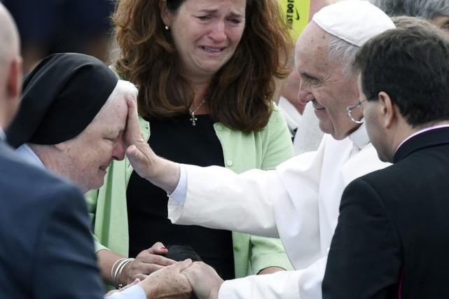 François a béni une soeur lors de son... (PHOTO SUSAN WALSH, AP)