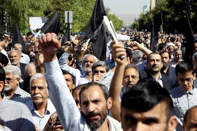 Des centaines de personnes ont scandé des slogans... (Photo Raheb Homavandi, Reuters)