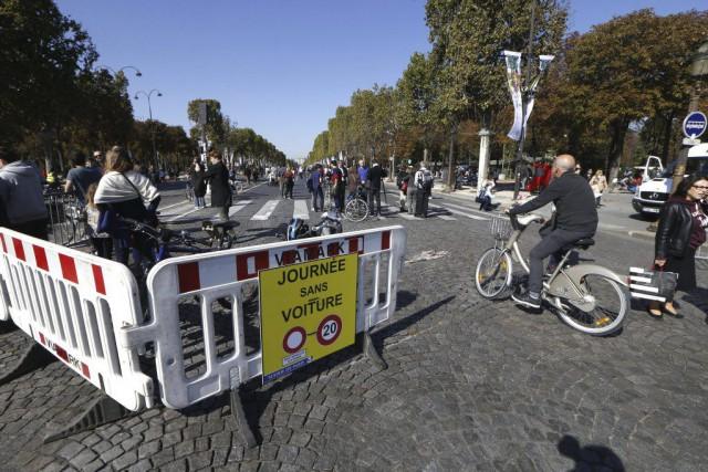 Piétons et cyclistes ont pris possession de l'avenue... (PHOTO THOMAS SAMSON, AFP)