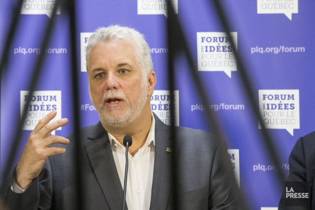 Le premier ministre Couillard en point de presse... (PHOTO OLIVIER PONTBRIAND, LA PRESSE)