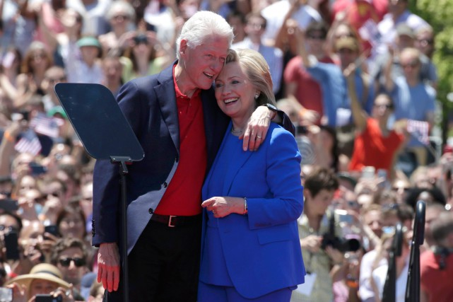 Hillary et Bill Clinton lors du lancement de sa campagne... (PHOTO BRENDAN MCDERMID, ARCHIVES REUTERS)