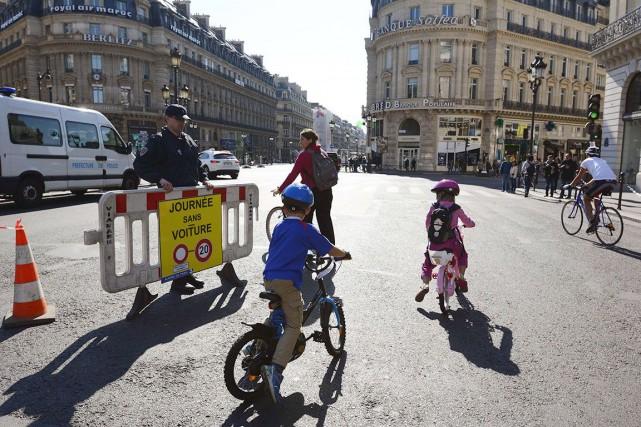 Des enfants n'ont pas hésité à enfourcher leur... (AFP, BERTRAND GUAY)