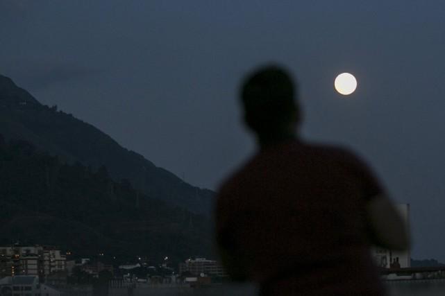 Le terme superlune fait référence au fait que... (PHOTO REUTERS)